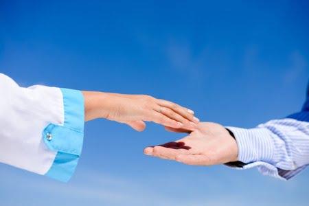 stomatolog dentysta pacjent uścisk dłoni